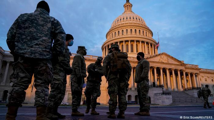 اعضای گارد ملی پس از حمله هواداران دونالد ترامپ ، رئیس جمهور آمریکا به واشنگتن ، روزهای طلوع آفتاب به پایتخت آمریکا می رسند.