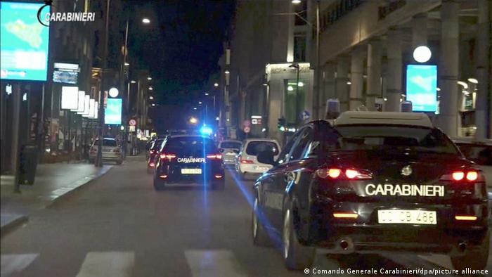 Polizeiwagen bei einem Einsatz gegen die 'Ndrangheta in der kalabrischen Stadt Vibo Valentinia (Archivfoto)