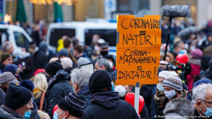 Hannover'de hükümetin korona politikalarına karşı Kasım 2020'de düzenlenen bir gösteri