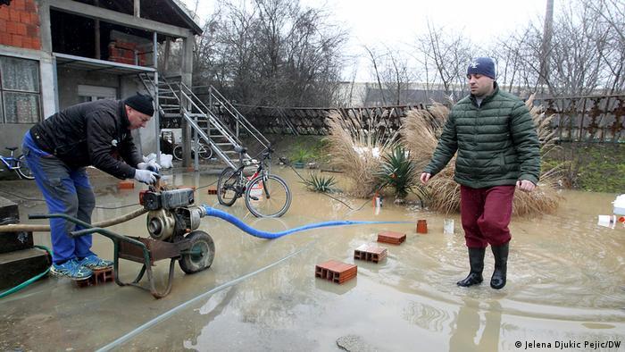 Tokom jučerašnjeg dana Nišava se izlila u blizini Bele Palanke, u selu Crvena reka. Selo je potpuno poplavljeno, a u toj opštini evakuisano je 28 osoba. Zbog toga su u donjem toku Nišave i na ušću u Južnu Moravu građani spremni sa džakovima u slučaju izlivanja. Sudeći po vremenskoj prognozi koja najavljuje slab sneg, oni najverovatnije neće biti neophodni.
