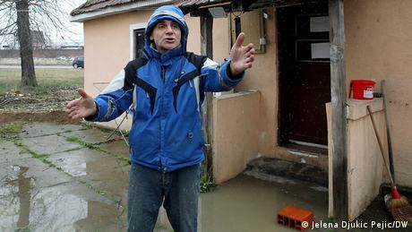 """Milan Stanković, stanovnik Leskovca, ima kuću odmah pored poplavljenog puta. """"Osim što mi je voda poplavila kuću, imam i dodatni problem, jer svu ispumpanu vodu sa puta, praktično ubace u moje dvorište. Ne znam šta da radim. Zvao sam i policiju i vatrogasce, i svi kažu da to nije njihova nadležnost"""", kaže Stanković."""