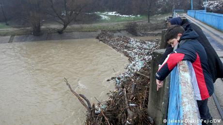 Meštani kažu da nije problem samo u bujičnim rekama i potocima, već i u podzemnim vodama i kanalizaciji koje stalno nadolaze. Od poslednjih velikih poplava 2014. godine koje su zadesile te krajeve, nije, kažu, urađeno gotovo ništa. I bilo je pitanje vremena koja će kiša napraviti nove probleme.