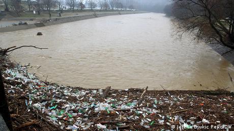 Na sasvim drugom kraju, oko Leskovca, reka Jablanica poplavila je polja. Kod Vlasotinca izlila se Vlasina. Velikom silinom u nabujalim talasima, reka je čupala visoke topole koje su se zaustavile kod brane u centru Vlasotinca. Tu se nagomilalo i okolno đubre koje, zajedno s drvećem i granjem, tek treba da bude uklonjeno iz korita reke Vlasine.