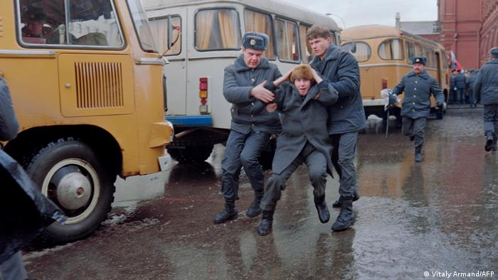 A picture taken on January 13, 1991 in Moscow shows Soviet militiamen arresting a man during a demonstration against the Soviet army crackdown in Lithuania, where at least 13 people were killed.