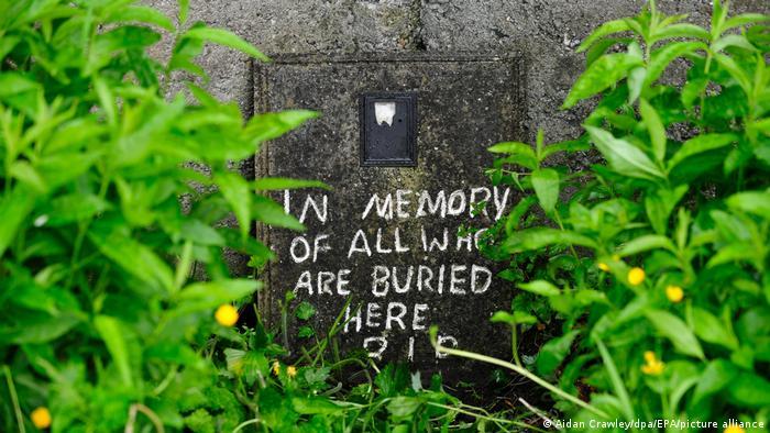 En memoria de todos los enterrados aquí: fosa común de hasta 800 niños en el sitio del antiguo Hogar de Madres e Hijos en Tuam, Condado de Galway,