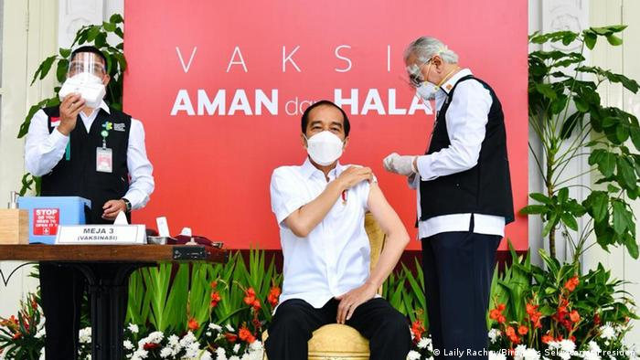 Президент Індонезії Джоко Відодо робить щеплення вакциною Sinovac Biotech