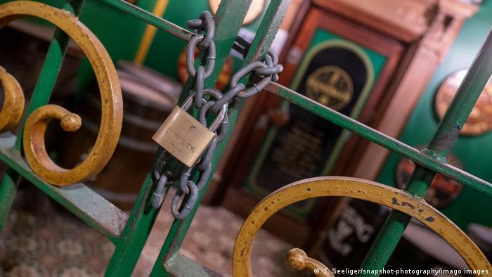 Ворота, ведущие к входу в ресторан, закрыты на висячий замок