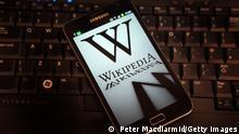 Symbolbild 20 Jahre Wikipedia - Wikipedia steht auf einem Smartphone-Display.