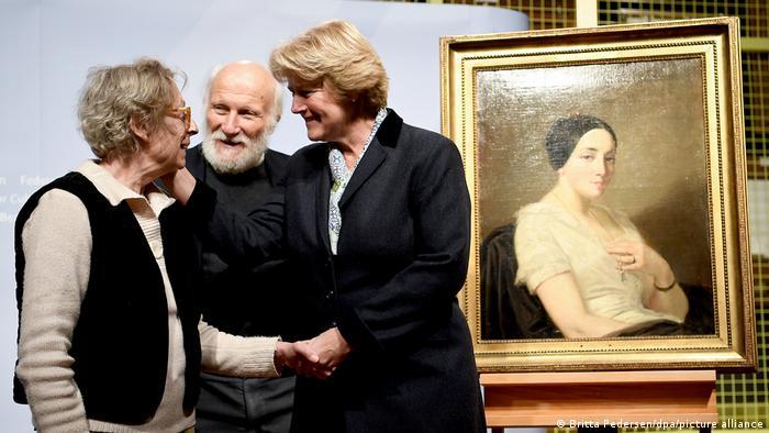 ulturstaatsministerin übergibt den Erben Maria de las Mercedes Estrada und Wolfgang Kleinertz, das Bild Portrait einer sitzenden jungen Frau