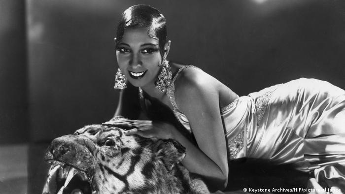 Die US-amerikanische Tänzerin Josephine Baker liegt auf einem Tigerfell