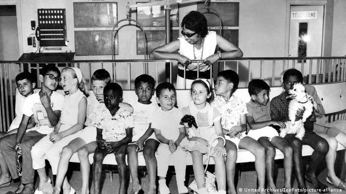 Josephine Baker mit ihren zwölf adoptierten Kindern