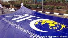 Kuala Lumpur I Fußball: Arbeiter mit Logo der asiatischen Föderation
