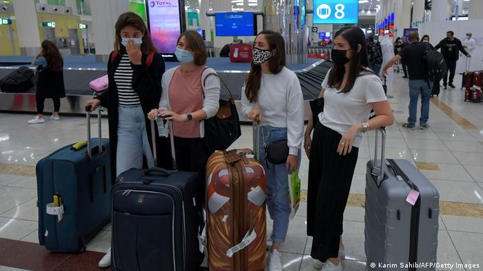 مسافران اسرائیلی که در کمربند چمدان در فرودگاه بین المللی دبی منتظرند