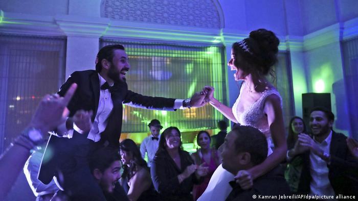 عروسی یهودیان در دبی با رقص سنتی عروس و داماد بر دوش شاهدان عروسی