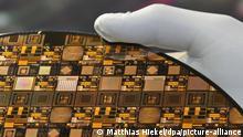 Einen Test-Wafer im 3D Design präsentiert am 08.10.2013 in Dresden (Sachsen) das Fraunhofer-Institut für Zuverlässigkeit und Mikrointegration auf der Halbleitermesse Semicon. Bis 10.10.2013 ist Dresden Treffpunkt der europäischen Halbleiterindustrie. Foto: Matthias Hiekel/dpa ++ +++ dpa-Bildfunk +++