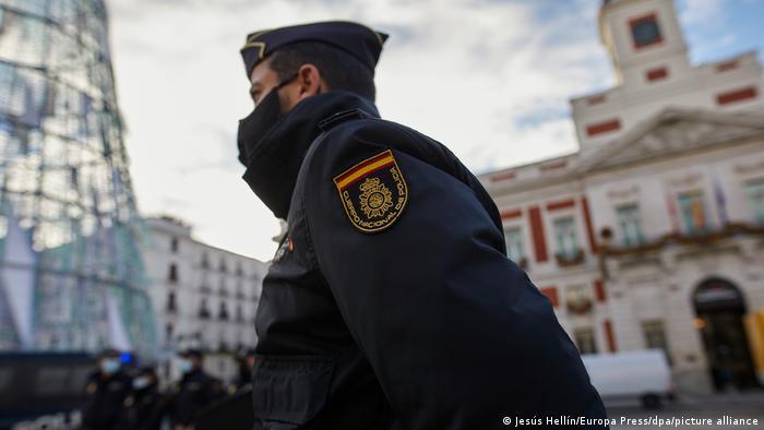 Spanien Madrid  Weihnachten, Sicherheit  Polizist