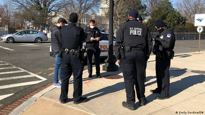Policiais americanos interrogam suspeito