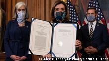 USA | Nancy Pelosi hält den Artikel der Amtsenthebung gegen Präsident Donald Trump