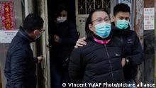 Hongkong | Daniel Wong wird von der Polizei begleitet, als er in sein Büro zurückkehrt