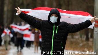 Участники протестов в Беларуси с бело-красно-белым флагом