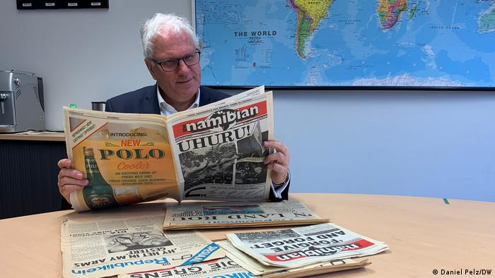Ottmar von Holtz mit historischen Zeitungen aus Namibia