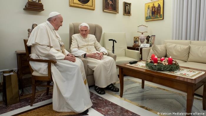 Papa Francisco e papa Bento 16 sentados em cadeiras
