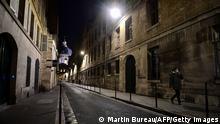 Beleuchtete schmale Straße bei Nacht