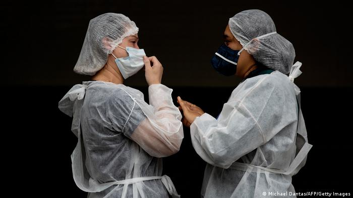 Enfermeiras em frente a hospital de Manaus. Em números absolutos, o Brasil é o terceiro país do mundo com mais infecções, atrás apenas dos Estados Unidos e da Índia