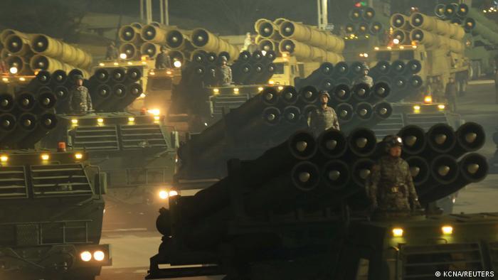 Desfile militar en Corea del Norte en enero, donde se exhiben lanzaderas lanzacohetes.