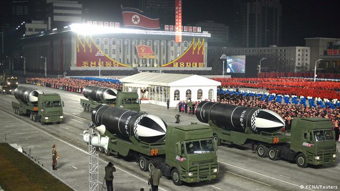 Parada em Pyongyang exibe mísseis norte-coreanos