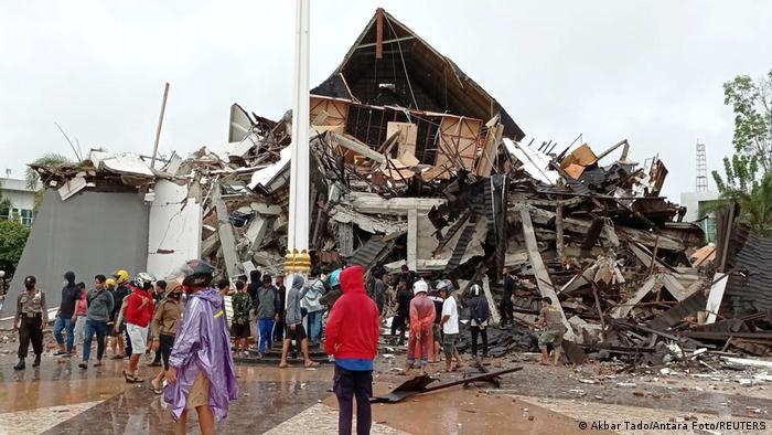 Kantor Gubernur Sulawesi Barat roboh diguncang gempa