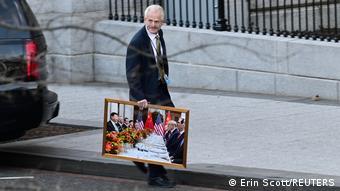 Consilierul lui Trump, Peter Navarro, părăseşte Casa Albă cu un tablou