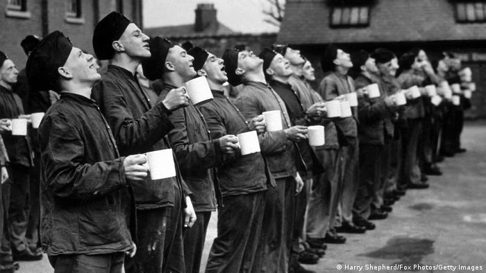 Großbritannien Soldaten stehen in einer Reihe und gurgeln