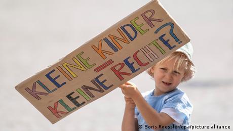 Copiii mai trebuie să aştepte până la includerea drepturilor pe care le au în Constituţie.