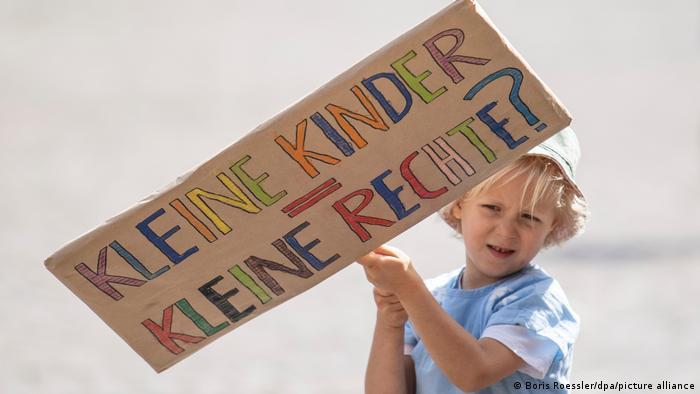 Korona döneminde de çocuk haklarının gözetilmesi için yapılan bir gösteriden: Küçük çocuklara küçük haklar mı?
