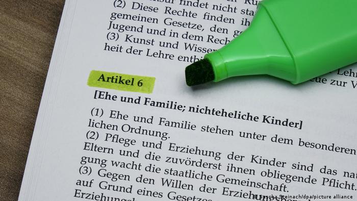 Deutschland markierter Artikel 6 im Grundgesetz