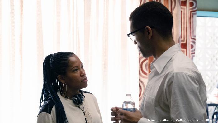 Regisseurin Regina King schaut Schauspieler Kingsley Ben-Adir an.