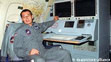 Ein Hauptmann der Bundeswehr erklärt an Bord einer Tupolew 154-M der Luftwaffe den Kurs eines Aufklärungsfluges über Bosnien-Herzegowina (Foto von 1997)