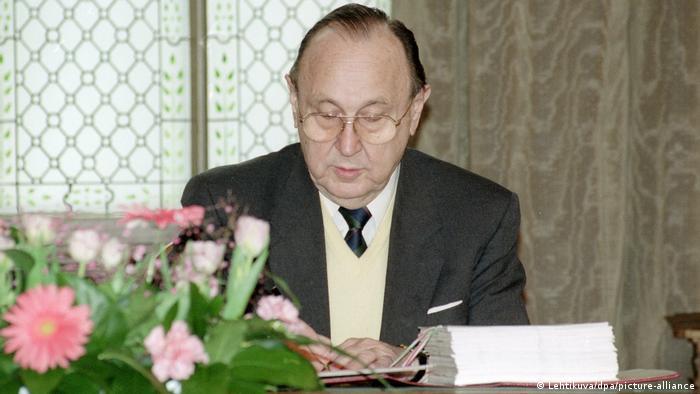 Der damalige Bundesaußenminister Hans-Dietrich Genscher bei der Unterzeichnung des Abkommens am 24 März 1992 in Helsinki