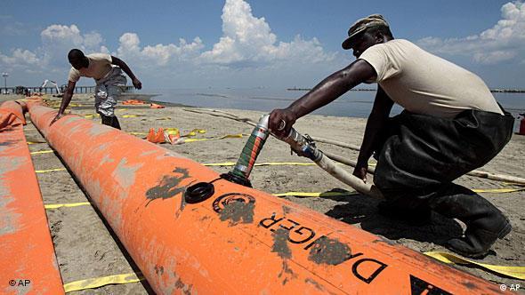 Arbeiter mit Ölbarrieren (Foto: AP)
