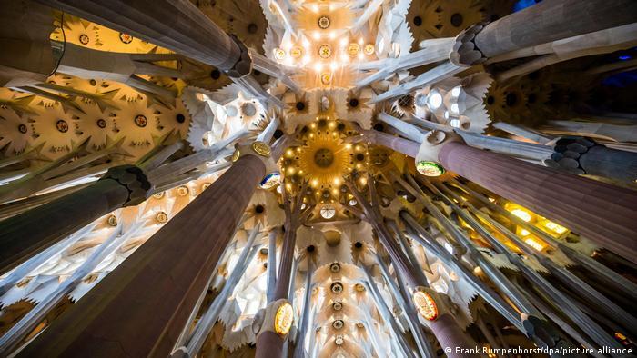 Vista interna da catedral A Sagrada Família, do arquiteto Antoni Gaudí