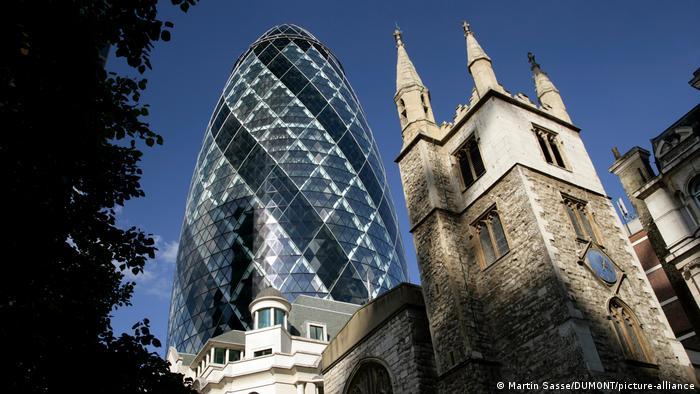 O The Gherkin, em contraste com a igreja de St. Andrew Undershaft, em Londres
