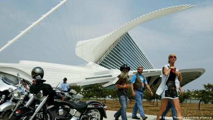Motoqueiros caminham perto do Museu de Arte de Milwaukee, na beira do Lago Michigan