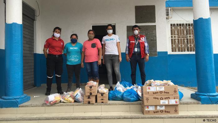NGO Techno   Menschen mit Lebensmittelkisten