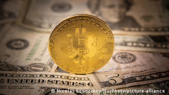 Bitcoin Illustration I Dollar USD Banknoten