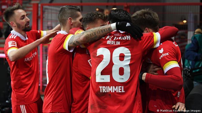 Con este empate, el equipo capitalino acecha al Dortmund pues acumula 28 puntos, solo uno menos. Con un triunfo, el Bayer Leverkusen habría podido incluso arrebatarle la segunda posición al Leipzig gracias a una diferencia de goles más favorable, por lo que parece el perdedor del encuentro. El Union asegura por ahora un cupo a la Europa League.