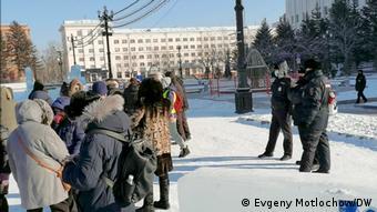 Служащие полиции рядом с участниками акции в поддержку Фургала в Хабаровске