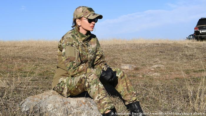مهربان علیوا نیز در این سفر با لباس نظامی، همسرش الهام علیاف، رئیس جمهوری آذربایجان را همراهی میکرد.