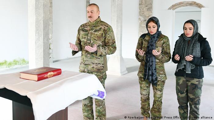 علیاف با اشاره به آنکه ارمنستان در دوره اشغال ۶۷ مسجد را تخریب کرده گفت: «ارمنستان نمیتواند دوست کشورهای مسلمان باشد. کشوری که مساجد را به این حال درمیآورد، نمیتواند دوست کشورهای مسلمان باشد. پذیرش ارمنستان به عنوان کشور دوست، ریاکارانه و بیخدایی است. چگونه رهبران کشورهای مسلمان میتوانند با کسانی که مساجد را تخریب میکنند دوست باشند؟»