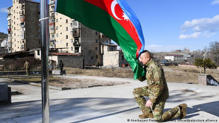 رئیس جمهوری آذربایجان پس از ورود به شهر با سربازان ارتش در میدان شوشا که پرچم آذربایجان در آن به اهتزاز درآمده بود، دیدار کرد. او پس از ادای احترام به پرچم آذربایجان گفت: «شوشا با عملیات حرفهای ارتش از اشغال آزاد شد، مطمئنم این عملیات و جنگ ۴۴ روزه در کتاب مدارس نظامی بینالمللی به عنوان درس آموزش داده خواهد شد.»
